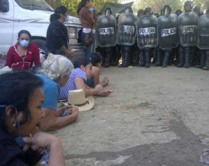 mujeres y policia