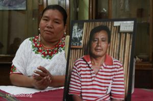 Angelica Choc con una foto de su esposo, Adolfo Ich Chamán. Foto por James Rodríguez.